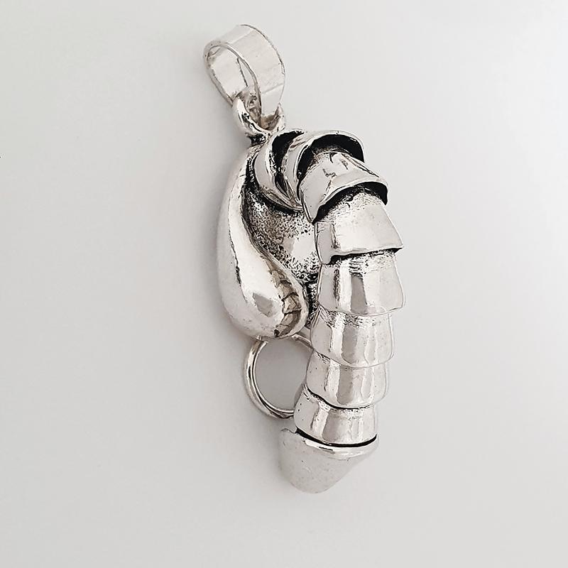 ciondolo in argento che rappresenta un pene umano
