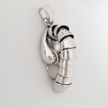 colgante de plata que representa un pene humano