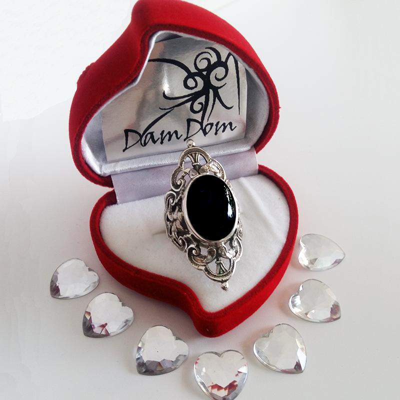 Anello d'argento barocco con una pietra semipreziosa